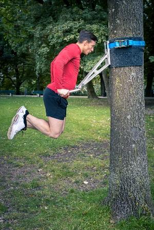 Klimmzugstange an Baum