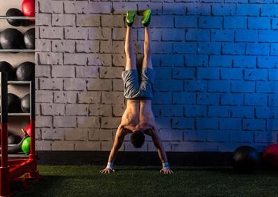 Handstand - Gesicht an der Wand