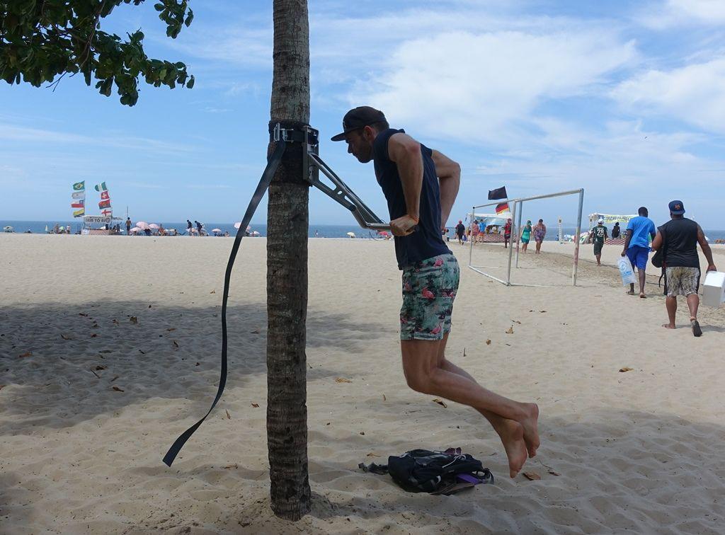 Klimmzugstange am Strand